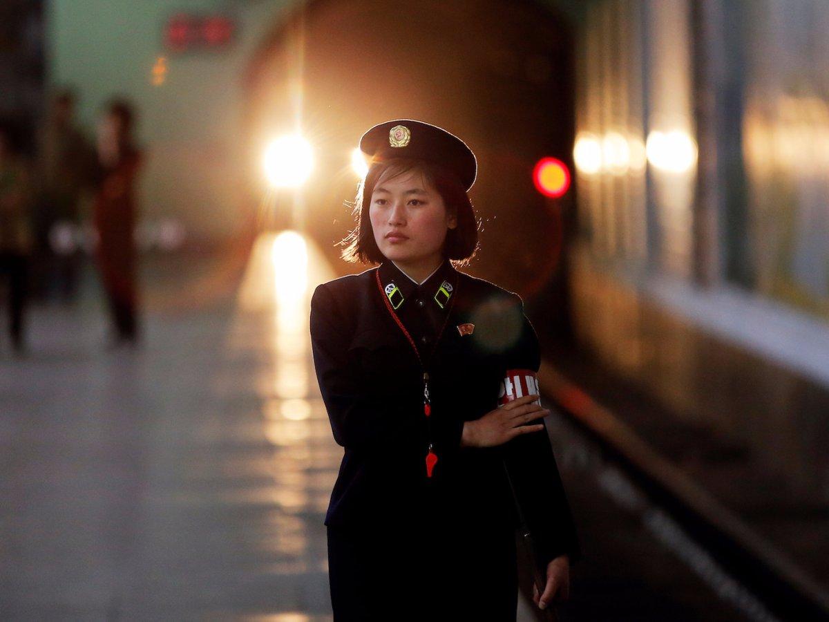 Nữ nhân viên an ninh làm việc tại một nhà ga ở Bình Nhưỡng.