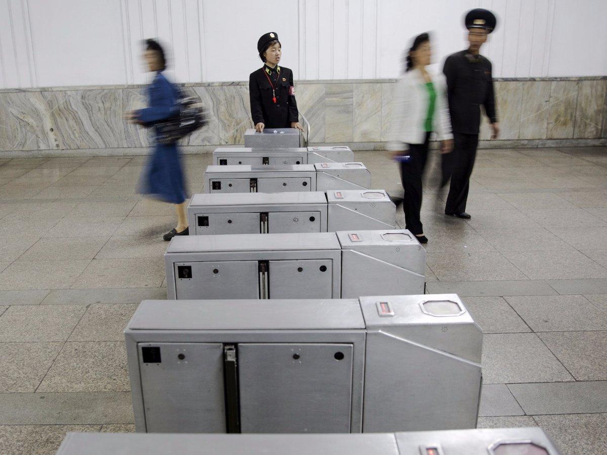 Hệ thống soát vé tại Ga tàu điện ngầm Bình Nhưỡng. Mỗi hành khách phải trả 5 won, tương đương 0,004 bảng Anh (chưa đầy 200 đồng) cho mỗi lượt đi lại.