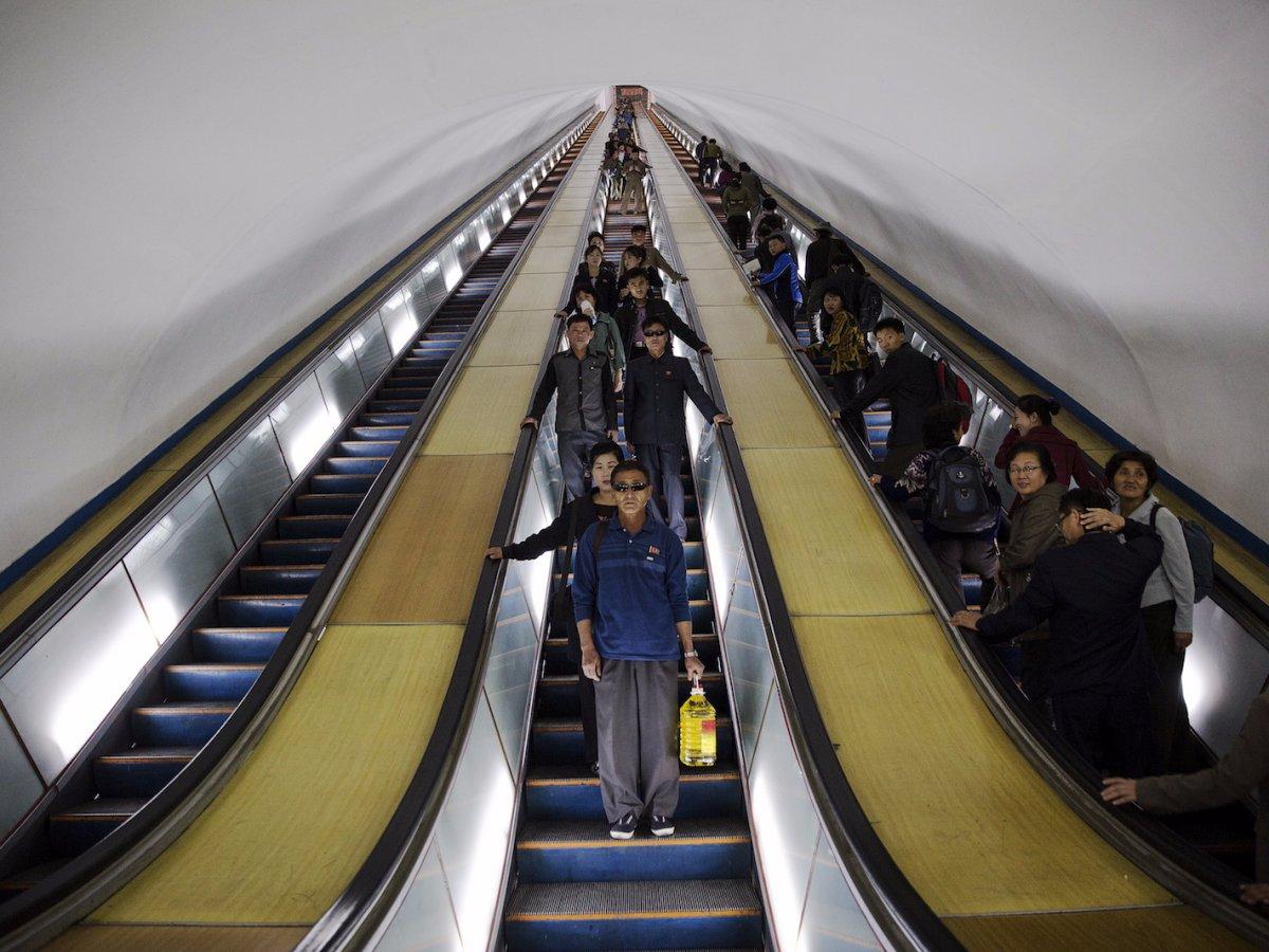 Hệ thống tàu điện ngầm nằm ở độ sâu 110 m dưới lòng đất, biến nó trở thành hệ thống tàu điện ngầm nằm sâu nhất thế giới. Sở dĩ, Triều Tiên làm hệ thống tàu điện ngầm nằm sâu dưới lòng đất để biến nó thành hầm trú ẩn trong trường hợp chiến tranh xảy ra. Lối vào hầm là các cánh cửa thép dày.
