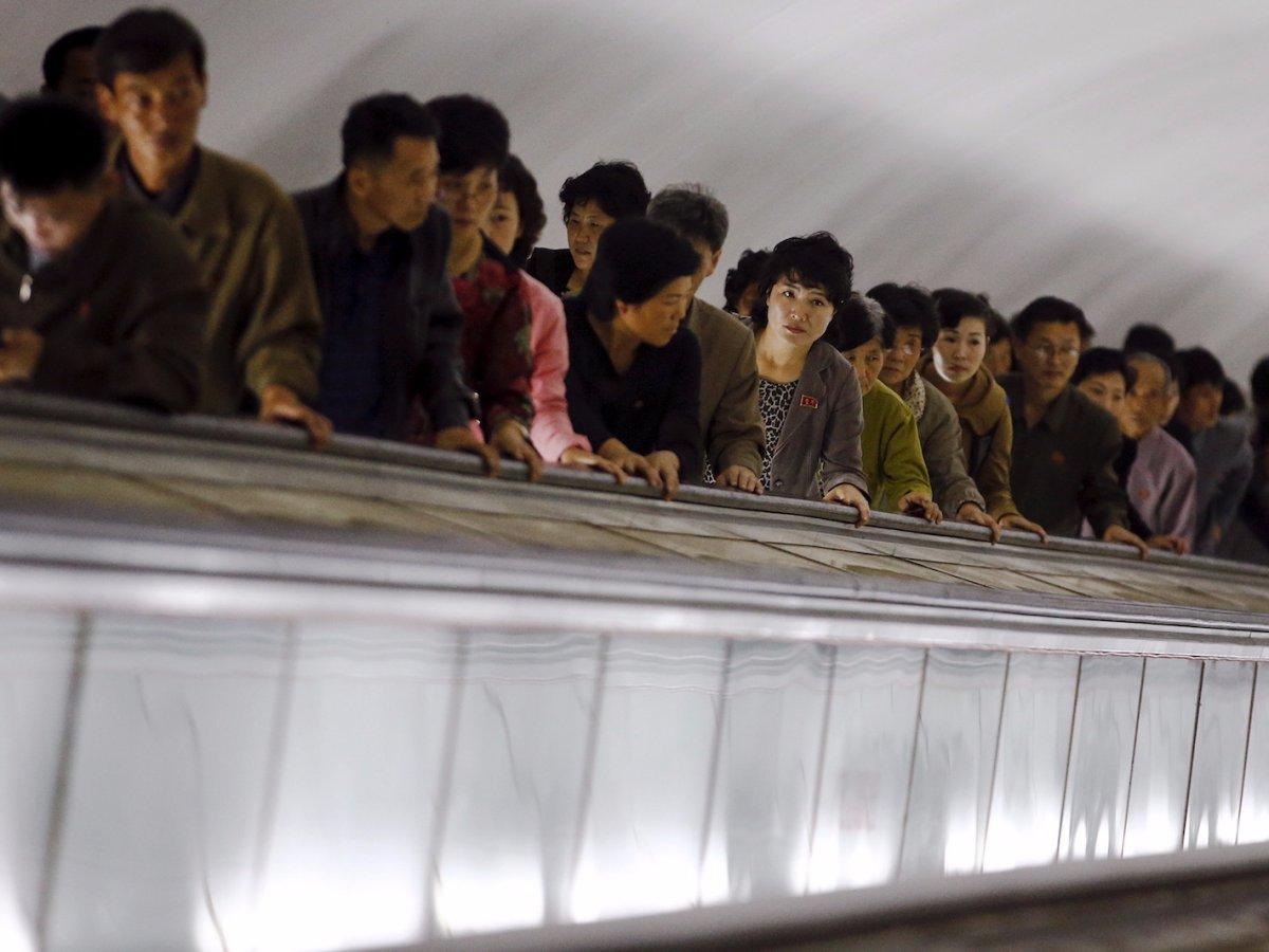 Sử dụng thang máy, việc đi từ dưới ga lên mặt đất mất khoảng 4 phút. Hệ thống loa phóng thanh trong các nhà ga thường xuyên phát các bài hát cách mạng.