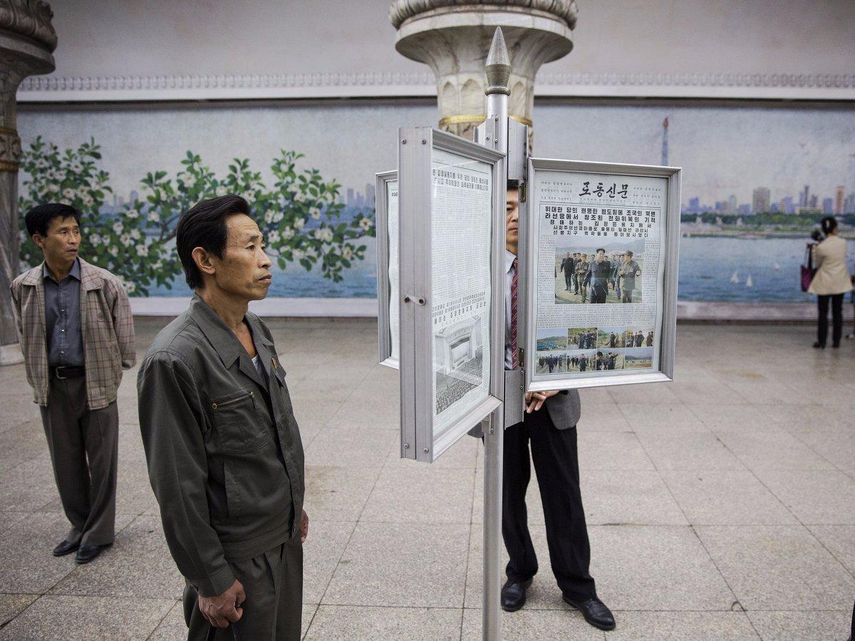 Ở cuối hệ thống thang cuốn, tấm bảng quảng cáo được thay ruột bằng những tờ báo chính thống của Triều Tiên. Hành khách có thể đọc tin tức hàng ngày trong lúc chờ tàu.