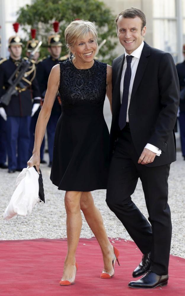 Năm 2015, khi xuất hiện cùng chồng tại điện Elysee, phu nhân lựa chọn một chiếc váy thêu màu đen sang trọng và không kém phần trẻ trung khi kết hợp với giày cao gót màu cam.
