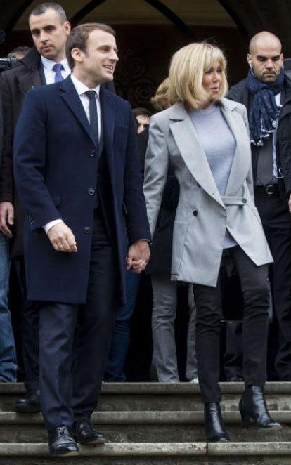 Bà thường chọn những chiếc áo măng tô dài với màu pastel nhẹ nhàng, thanh lịch khi xuất hiện trong các sự kiện cùng chồng.