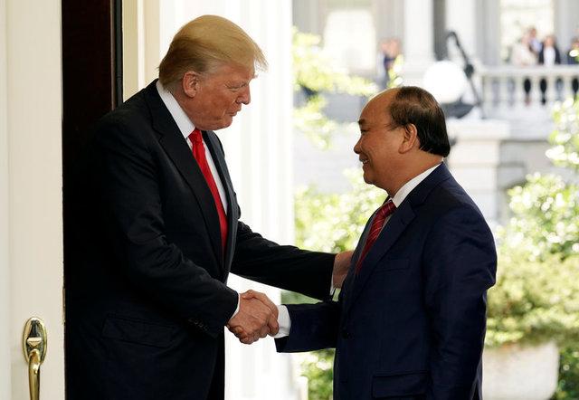 Hai nhà lãnh đạo bắt tay trước cửa Nhà Trắng. Cuộc gặp với Tổng thống Trump diễn ra trong ngày cuối cùng chuyến công du 3 ngày của Thủ tướng Nguyễn Xuân Phúc tới Mỹ. Ảnh: Reuters.