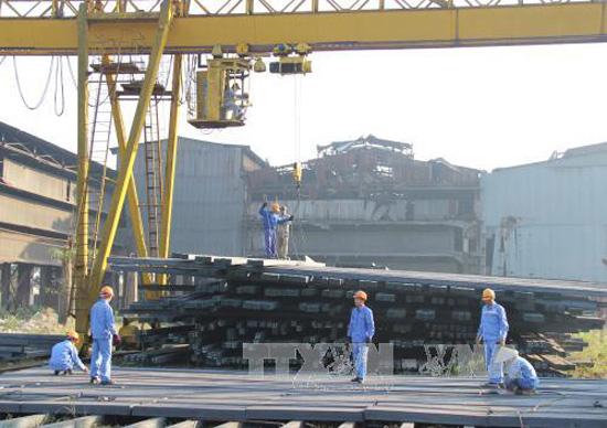 Công nhân Công ty cổ phần cán thép Gia Sàng chuẩn bị phôi thép đưa vào dây chuyền cán thép. Ảnh: Hoàng Nguyên - TTXVN