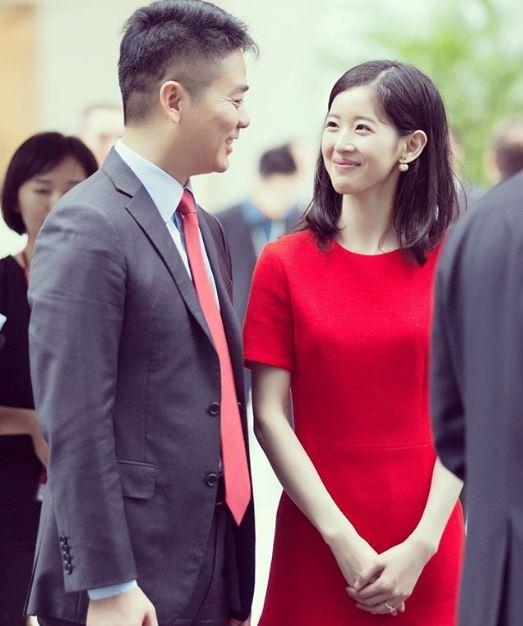 Cô gặp gỡ ông chủ của JD.com tại trường đại học và trở thành phu nhân tỷ phú cho dù họ hơn kém nhau gần 20 tuổi.