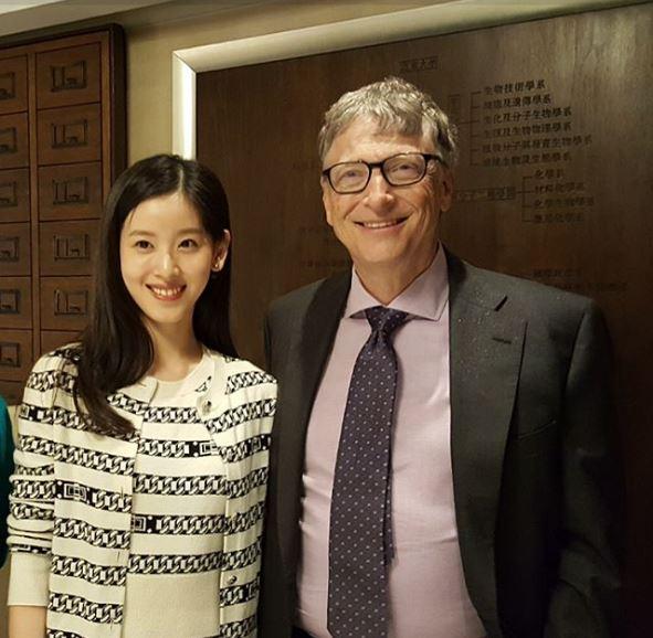 Cô còn từng gặp gỡ và có cơ hội hợp tác công việc cùng tỷ phú Bill Gates.