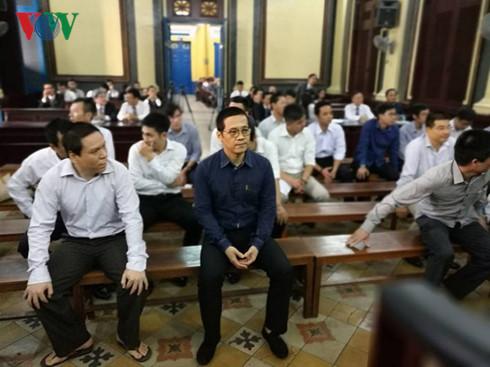 Phan Thành Mai (đeo kính) tại phiên tòa phúc thẩm