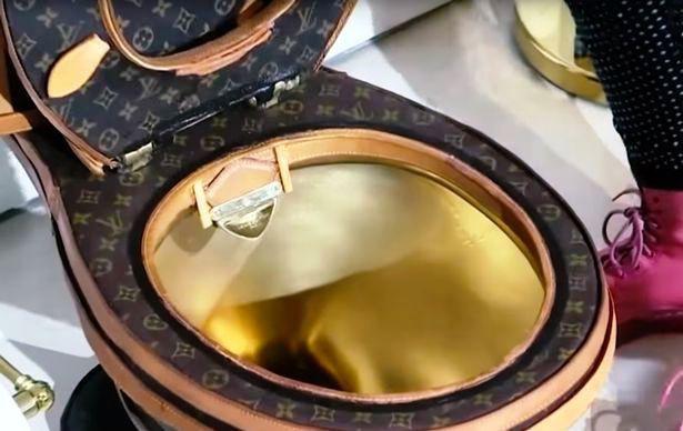 Cận cảnh chiếc bồn cầu với dấu ấn của Louis Vuitton.
