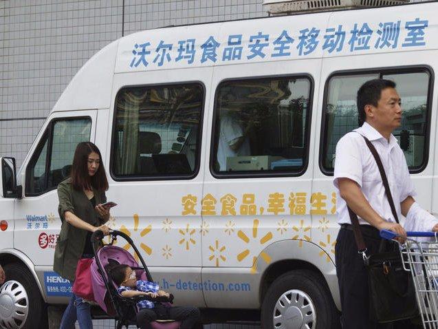 Walmart còn có hệ thống xe buýt miễn phí, đưa đón khách hàng từ những khu vực xa xôi.
