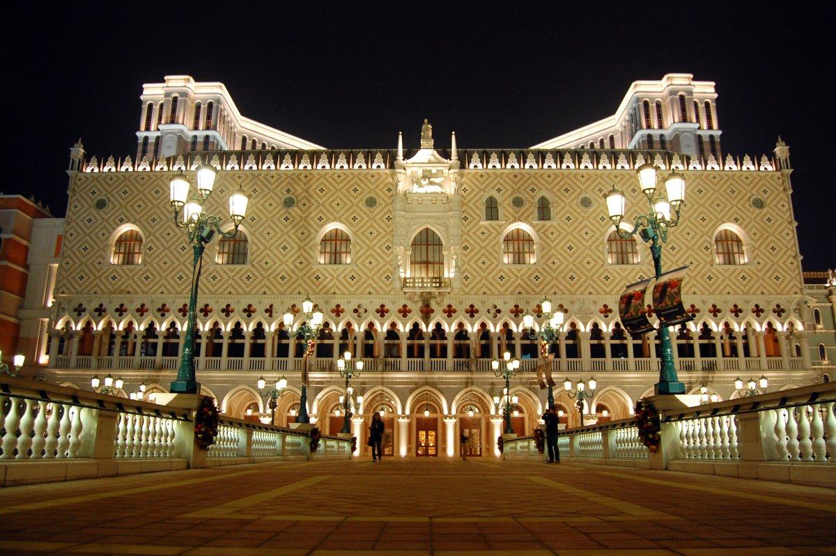 Tổ hợp khách sạn, trung tâm mua sắm và sòng bài hạng sang Venetian được xây dựng ở Ma Cao, Trung Quốc năm 2005. Công trình cao 225 m có chi phí xây dựng 2,4 tỷ USD. Ở giữa khu tổ hợp là dòng sông nhân tạo, mô tả thắng cảnh ở Venice.