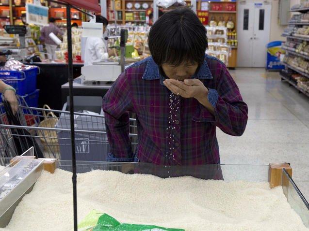 Gạo cũng được bày ra để khách hàng lựa chọn thay vì đóng vào những túi đựng sẵn.