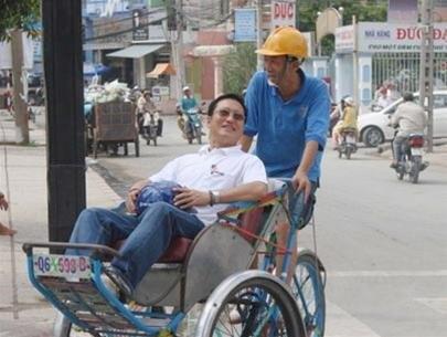 PGS TS Trần Hoàng Ngân đạp xích lô chở ông Cô Gia Thọ, năm 2007