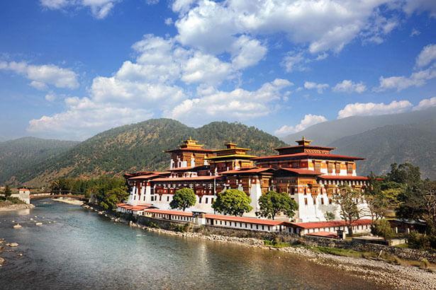 Punakha Dzong là pháo đài đẹp nhất ở Bhutan, nằm ở vị trí tiếp giáp của hai dòng sông Pho Chu (sông Trống) và Mo Chu (sông Mái).