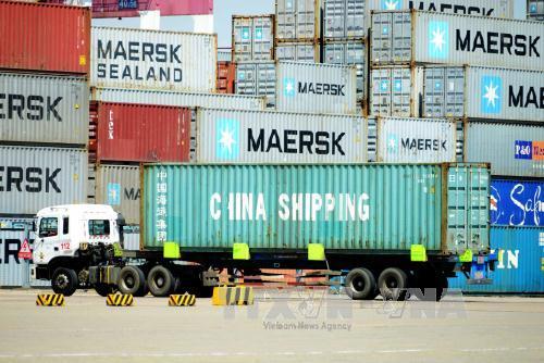 Vận chuyển hàng hóa tại một cảng ở Thanh Đảo, tỉnh Sơn Đông, Trung Quốc. Ảnh: AFP/TTXVN