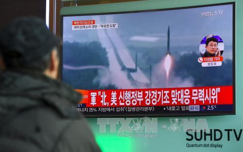 Người dân Hàn Quốc theo dõi trên truyền hình về vụ thử tên lửa của Triều Tiên tại nhà ga ở Seoul ngày 12/2. Ảnh: AFP/TTXVN