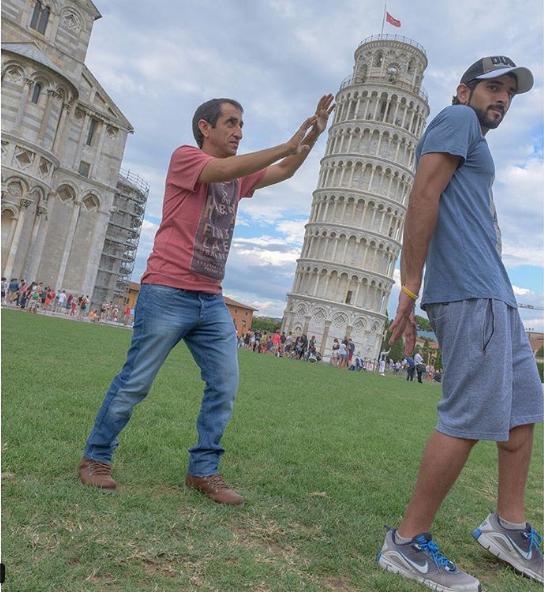 Hoàng tử bình dị khi anh tới thăm tháp nghiêng Pizza, Italia.