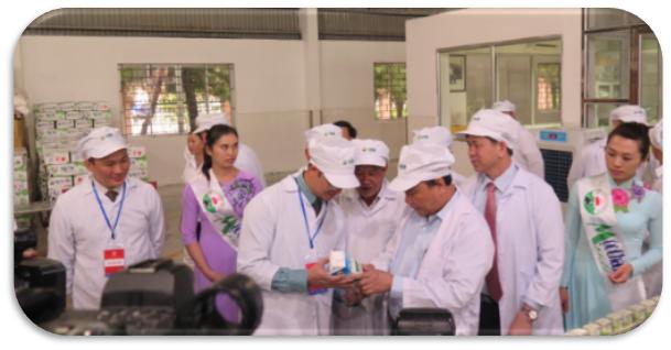 Thủ tướng Nguyễn Xuân Phúc thăm dây chuyền chế biến, đóng gói thành phẩm của Nhà máy Sữa Mộc Châu vào tháng 7 năm 2017