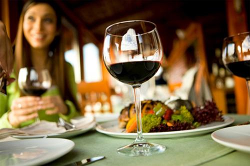 Uống 1-2 ly rượu vang mỗi ngày giúp cải thiện sức khỏe.