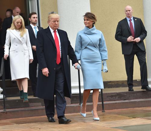 Melania Trump lựa chọn một chiếc váy liền ôm sát màu xanh baby chất liệu cashmere và áo khoác cùng tông màu trong buổi lễ nhậm chức của chồng. Báo giới đánh giá, phong cách thời trang của Tân Đệ nhất phu nhân chịu ảnh hưởng từ phu nhân Jackie Kenedy. Thông qua trang phục, bà Trump dường như bày tỏ mong muốn trở thành một phu nhân tổng thống được nhiều người yêu mến như Jackie Kenedy.