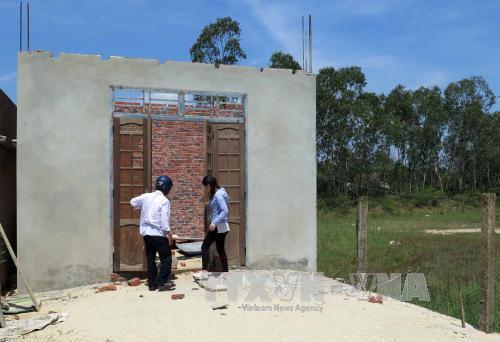Người dân xây dựng nhà trái phép trong vùng dự án ở xã Duy Hải. Ảnh: Đỗ Trưởng/TTXVN