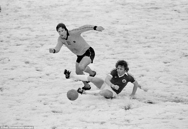 Tại sao những giải bóng đá hàng đầu ở châu Âu rất ít khi hoãn vì tuyết? - Ảnh 1.