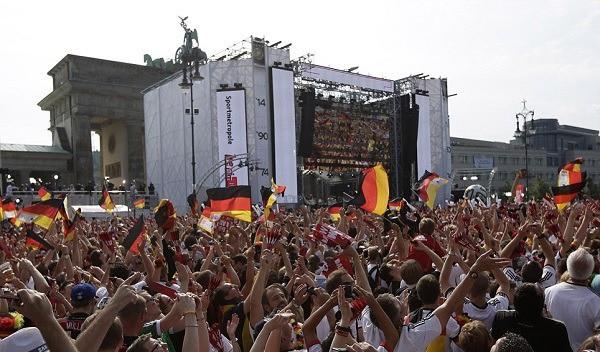 Văn hoá cổ vũ trên thế giới: Người Anh cuồng nhiệt trong chuẩn mực, người Đức đã xem bóng đá là phải uống bia - Ảnh 4.
