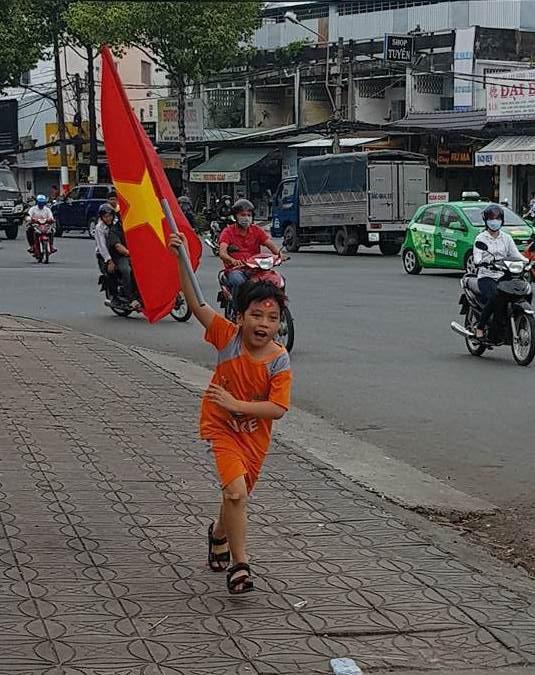 Người dân Tây Đô kéo ra bờ kè sông Hậu cổ vũ U23 Việt Nam - Ảnh 10.