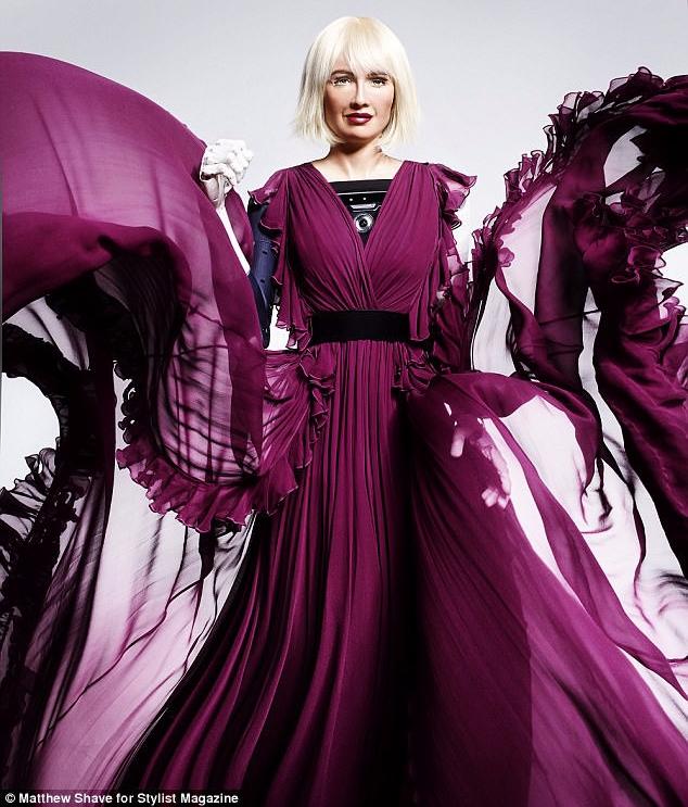 Robot Sophia xuất hiện trên bìa tạp chí thời trang Anh: Chúng tôi thấy sợ hãi - Ảnh 1.