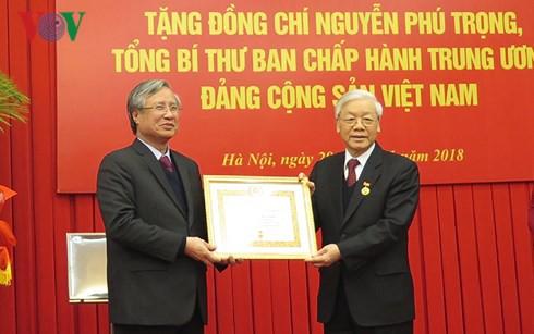 Tổng Bí thư Nguyễn Phú Trọng nhận Huy hiệu 50 năm tuổi Đảng - Ảnh 1.
