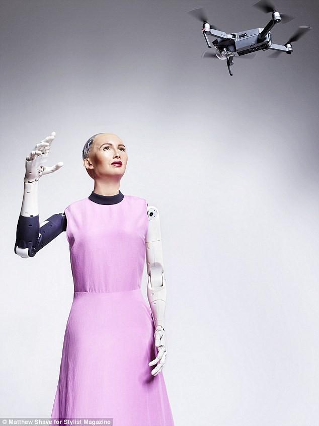 Robot Sophia xuất hiện trên bìa tạp chí thời trang Anh: Chúng tôi thấy sợ hãi - Ảnh 3.