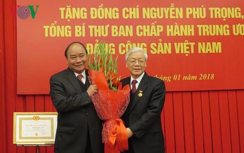 Tổng Bí thư Nguyễn Phú Trọng nhận Huy hiệu 50 năm tuổi Đảng - Ảnh 3.
