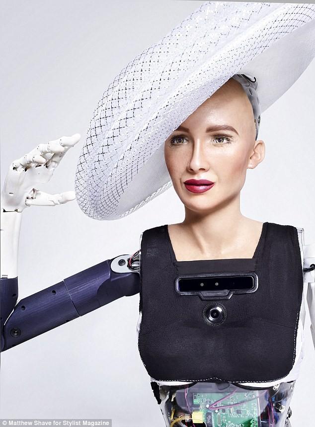 Robot Sophia xuất hiện trên bìa tạp chí thời trang Anh: Chúng tôi thấy sợ hãi - Ảnh 6.