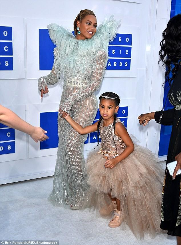 Cuộc sống như nữ hoàng của con gái Beyoncé: 6 tuổi đã có ê-kíp phục vụ riêng, diện váy 250 triệu đi sự kiện - Ảnh 6.