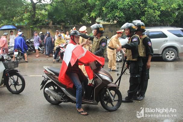 Cảnh sát dùng súng bắn tỉa vây bắt đối tượng hình sự cố thủ trong nhà ở Nghệ An - Ảnh 3.