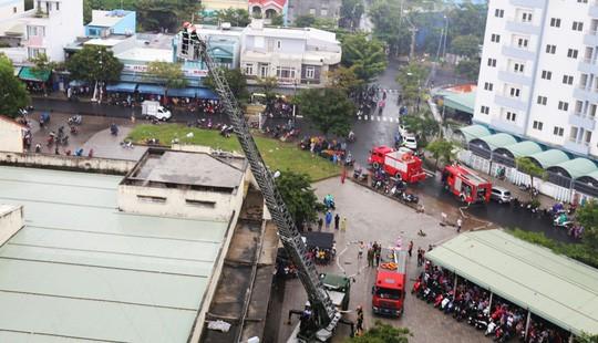 Cháy lớn ở chung cư, hàng trăm người dân tháo chạy ra ngoài - Ảnh 1.