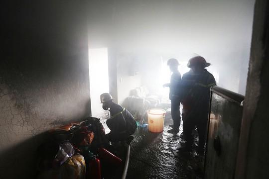 Cháy lớn ở chung cư, hàng trăm người dân tháo chạy ra ngoài - Ảnh 2.