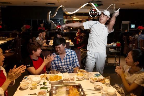 Con đường trở thành tỷ phú từ một công nhân hàn xì của ông chủ chuỗi nhà hàng lẩu nổi tiếng bậc nhất Trung Quốc: Dịch vụ khách hàng là điều quan trọng số 1 - Ảnh 1.