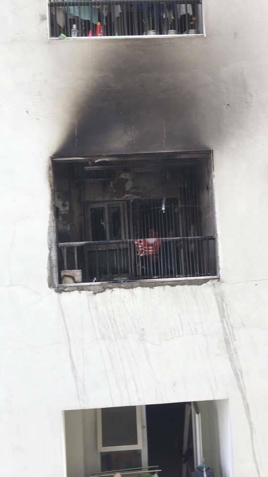 Lửa bốc cháy dữ dội tại tầng 31 chung cư HH Linh Đàm, hàng trăm người tháo chạy - Ảnh 2.