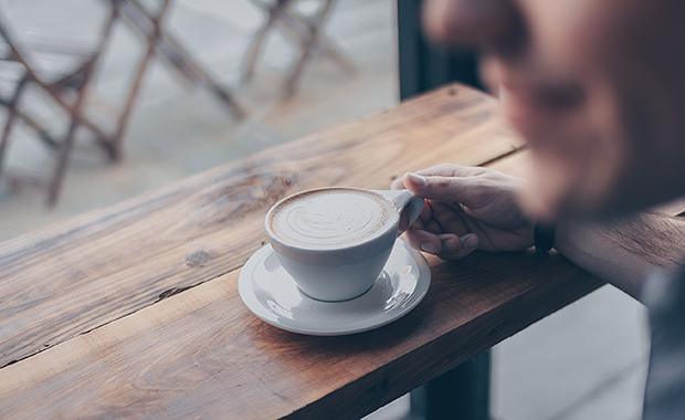 Khi cà phê chưa đủ để bạn tỉnh táo, đây là 5 bí kíp đơn giản mà vô cùng hiệu quả giúp bạn đánh bại sự uể oải trong công việc - Ảnh 1.