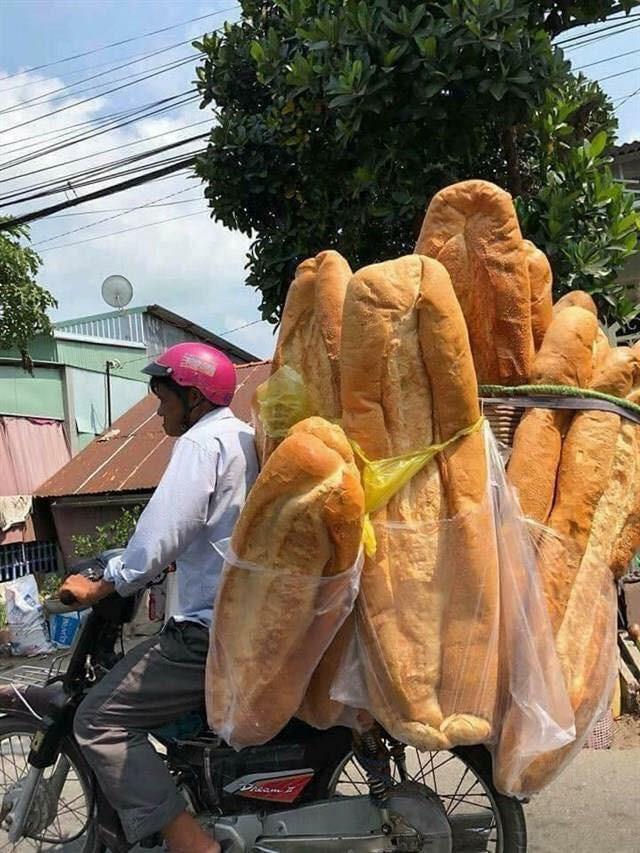 Ai mà ngờ được: ở miền Tây lại có một đặc sản bán dọc đường là chiếc bánh mì dài 1m thế này - Ảnh 1.