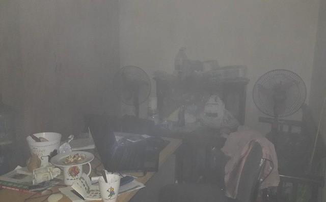 Lửa bốc cháy dữ dội tại tầng 31 chung cư HH Linh Đàm, hàng trăm người tháo chạy - Ảnh 7.