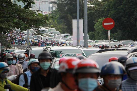 Kẹt xe nghiêm trọng trên đường Nguyễn Hữu Cảnh - Ảnh 6.