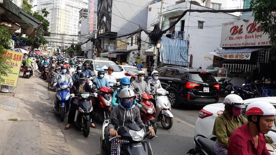 Kẹt xe nghiêm trọng trên đường Nguyễn Hữu Cảnh - Ảnh 10.