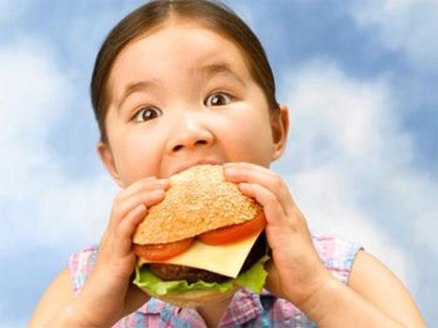 Bé 4 tuổi gan đã nhiễm mỡ vàng óng do ăn loại thức ăn quen thuộc - Ảnh 2.