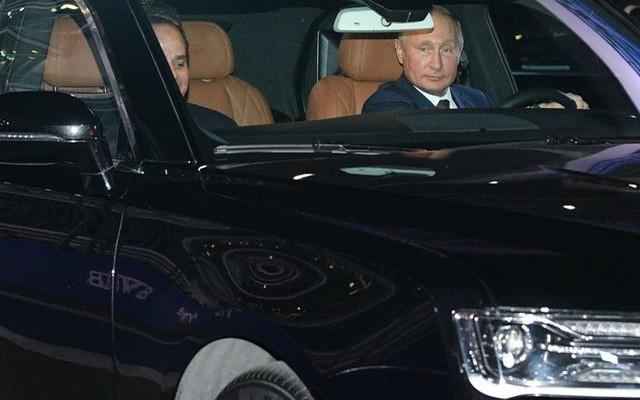 Tổng thống Putin đích thân cầm lái Rolls-Royce của nước Nga chở khách quý thăm thú đường đua F1 - Ảnh 1.