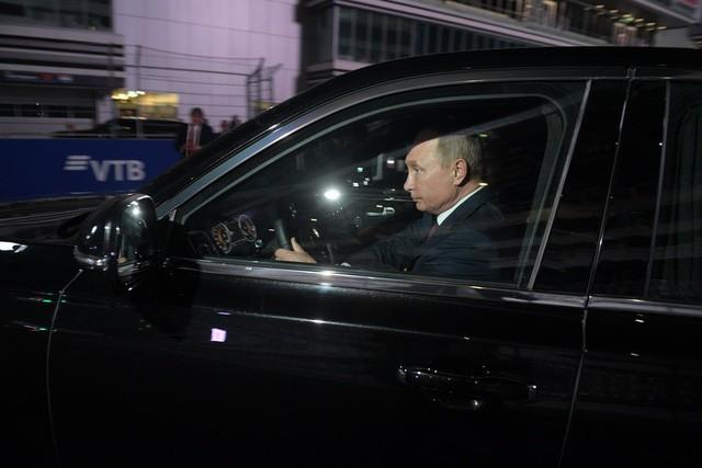 Tổng thống Putin đích thân cầm lái Rolls-Royce của nước Nga chở khách quý thăm thú đường đua F1 - Ảnh 4.