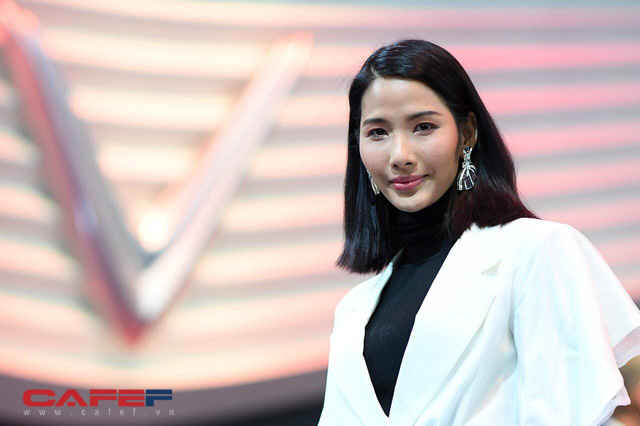 Sự kiện ra mắt ô tô VinFast: Khách mời đặc biệt Hoàng Thùy, Quang Đại xuất hiện với phong thái chuyên nghiệp trong buổi diễn tập trước giờ G - Ảnh 3.