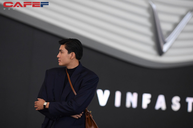 Sự kiện ra mắt ô tô VinFast: Khách mời đặc biệt Hoàng Thùy, Quang Đại xuất hiện với phong thái chuyên nghiệp trong buổi diễn tập trước giờ G - Ảnh 5.