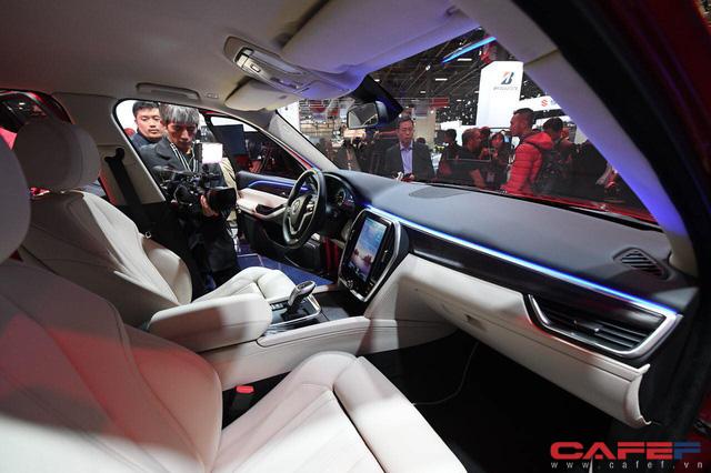 HOT: Cận cảnh chi tiết ngoại - nội thất của 2 mẫu xe VinFast LUX A2.0 vừa ra mắt hoành tráng tại Paris Motor Show 2018 - Ảnh 7.